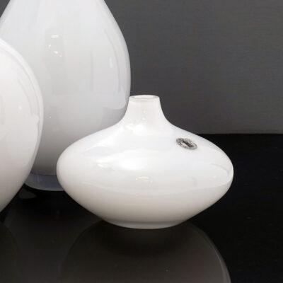 short-salong-white-cased-glass-vase