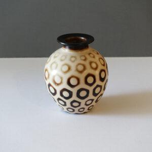 chulucanas-peru-hexagon-dot-vase